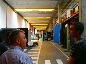 Visitando el almacén de Canal + con Javier y Raúl.