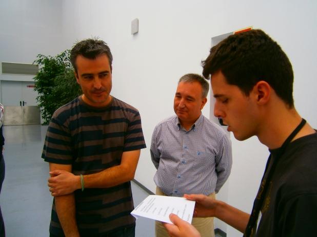 Juanjo haciendo unas preguntas a Raúl.