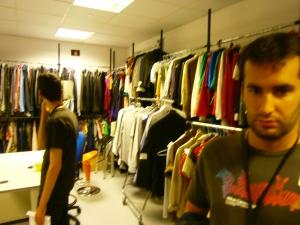 Ramiro y Juanjo mirando los trajes en sastrería.